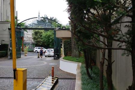 Entrada do hotel. Entrada plana.