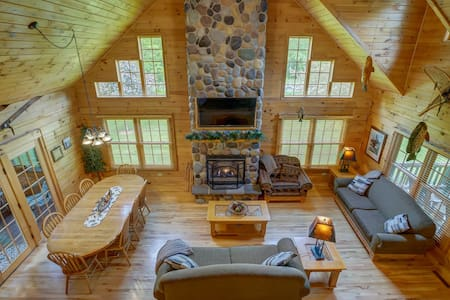Devils Lake Lodge - Sleeps 10 w/ WiFi & DishTV