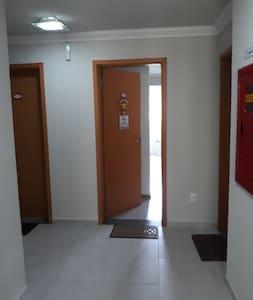 corredor e porta de entrada do apto