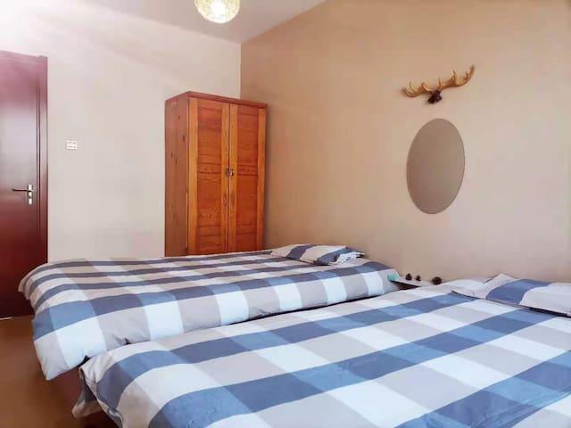 次卧室(北),1.2*2米床两张,超净舒适床品二套。房间宽敞明亮温馨舒适,配空调,挂衣架,梳妆镜。