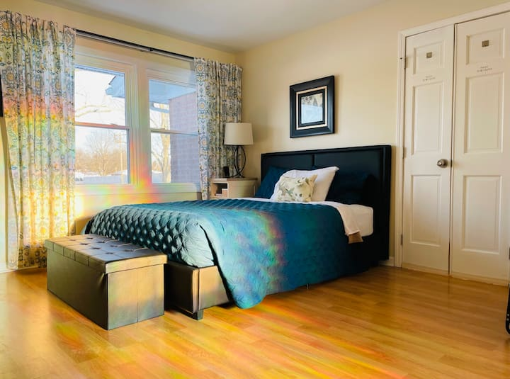 Private Entry • Private Bed & Bath • Close to Knox