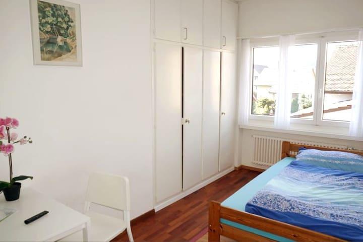 Zimmer 2 mit Bett 140x200