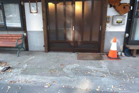 道路から玄関までの 段差は3 cmぐらいです 。車椅子で十分入れます。