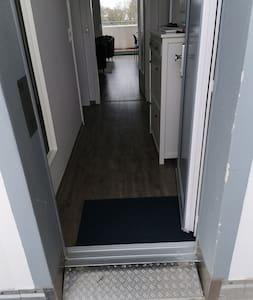 مدخل الغرفة بدون درجات سلم