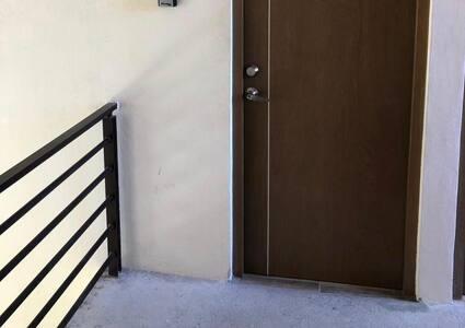 La entrada no tiene escalón y es de fácil acceso.