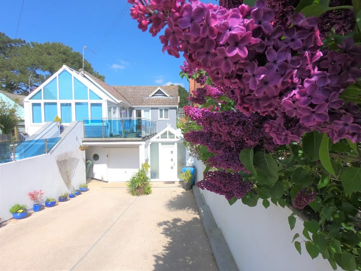 MODERN apart, Sandbanks, dog friendly, frontgarden