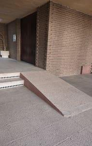 Acceso hacia la entrada del Edificio