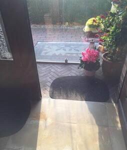 Flügeltür ist beidseitig zu öffnen sodass auch Rollstuhlfahrer durchfahren können. Glastür vor der Eingangstür hat eine kleine Schwelle von 1 cm. Auch beide Flügel dieser Tür ist komplett zu öffnen