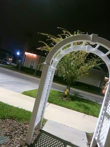 A entrada para casa a noite