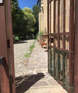 Dal cancello,dove si parcheggia, all'ingresso di casa non ci sono scalini