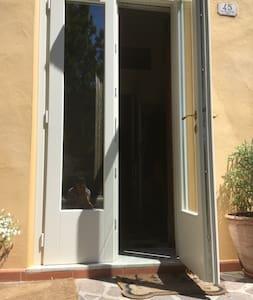 C'è un piccolo gradino di 10cm alla porta di ingresso