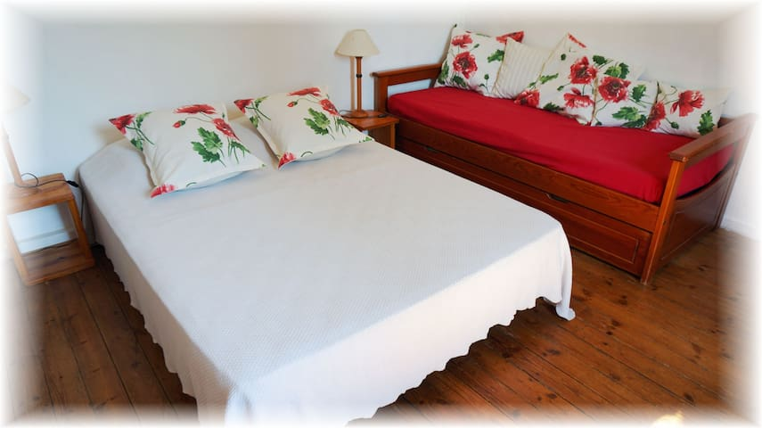 La chambre tilleul, lit en 140.