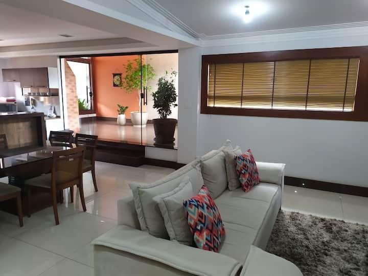 Apartamento amplo, decorado e bem localizado