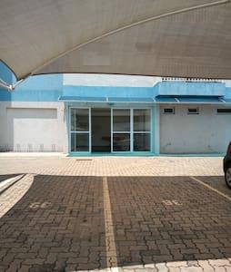 Vaga de estacionamento próxima a entrada do prédio.