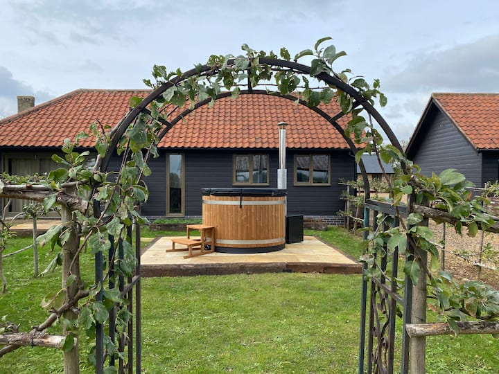 Stylish Two Bedroom Barn with Private Hot Tub
