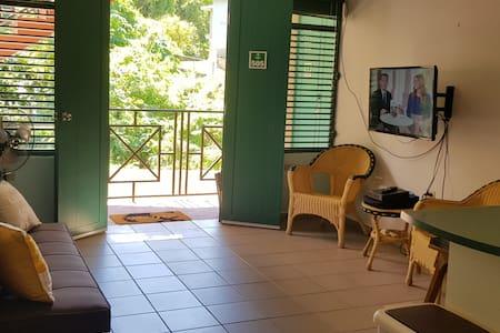 Puerta doble en la entrada al apartamento.