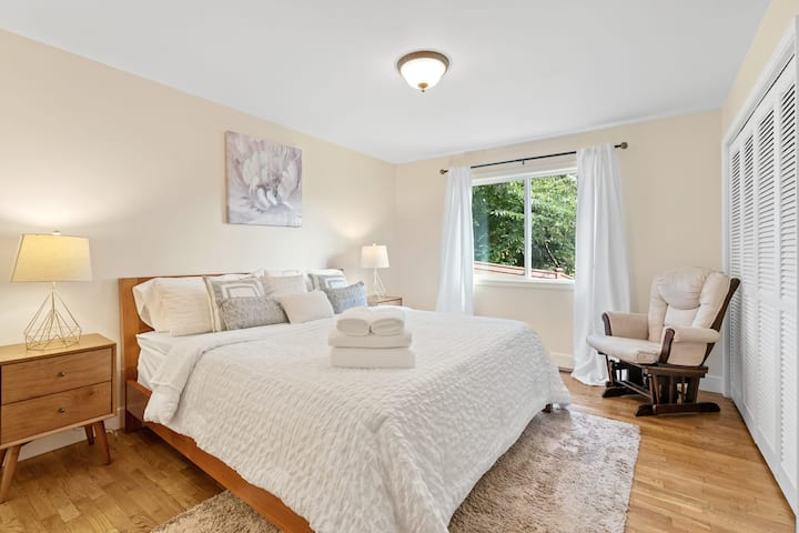 Master Suite with King Bed nr Seattle & Bellevue