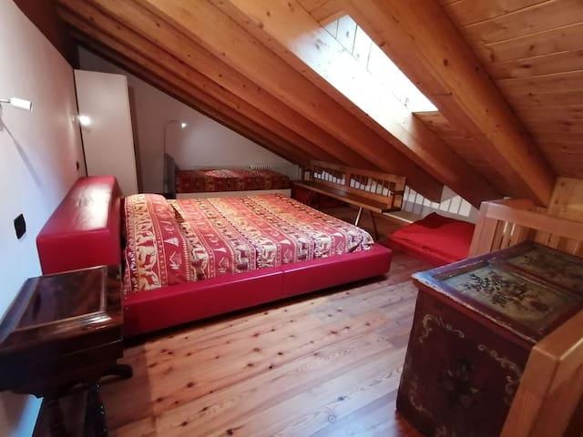 Camera letto matrimoniale e lettino con bagno al piano mansarda