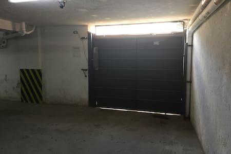 Se puede acceder también por la cochera y tomar directamente el ascensor!! Todo es plano, sin escalones