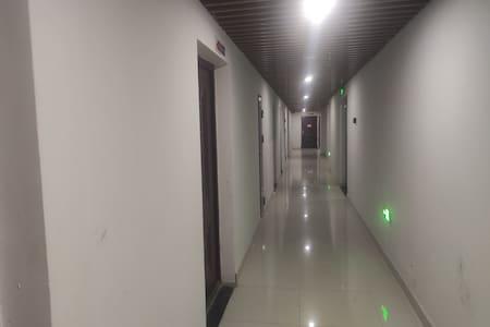 客房门口的走廊上灯光。