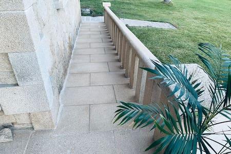 Se puede acceder a la vivienda por la entrada principal a través de una rampa muy cómoda