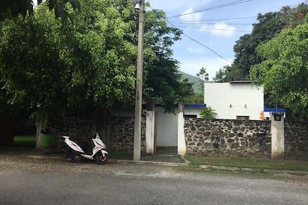 La banqueta mide 9 cm. Para acceder a la casa por la entrada peatonal hay un escalón de 21 cm.