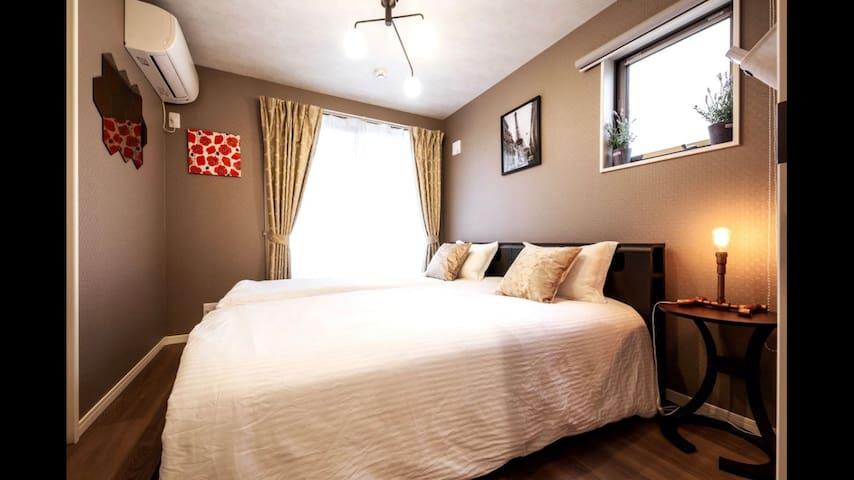 Room B 3階シングルベット二つ 3F Two Single Beds 3층 싱글베드 2개