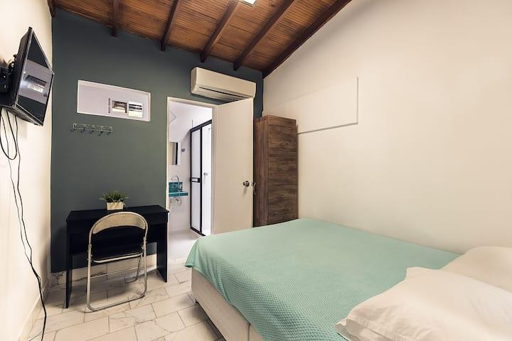 Habitación privada + baño + desayuno en Poblado