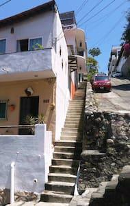 Subiendo las escaleras es la primera puerta