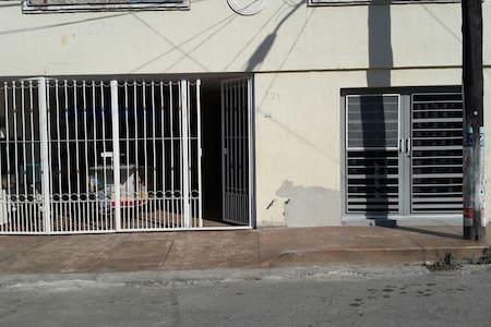 entrada con un escalón,  la cochera tiene rampa sin escalones y en las noches, hay un poste de alumbrado público afuera de mi casa.