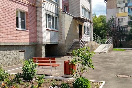 Ширина тротуарной дорожки не менее 1 м , без уклона. Придомовая территория с хорошим асфальтным покрытием.