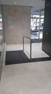 मेहमानों के प्रवेशद्वार तक आने के लिए बिना सीढ़ियों का रास्ता