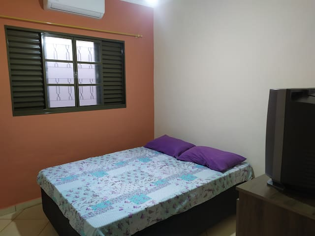 Quarto 2 - 1 cama de casal + cômoda com gavetas e TV.