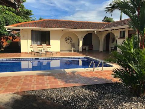 Cuarto privado con piscina en Jaco