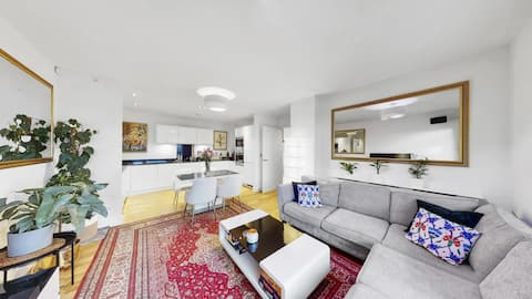Stunning 2-Bedroom with Canary Wharf Skyline View!