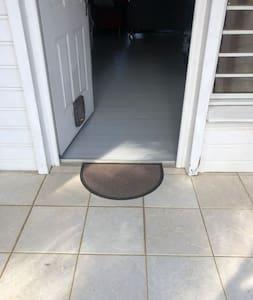 공간 출입문에 계단 없음