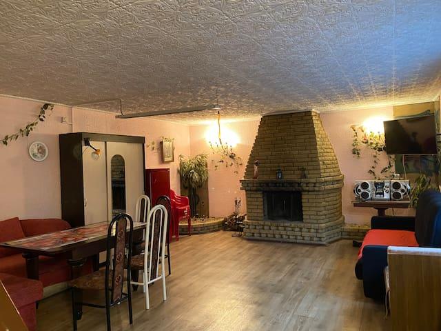 Гостиная с дровяным камином и двумя двуспальными диванами