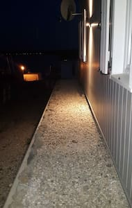 Seitlicher Zugang zum Haus beleuchtet.