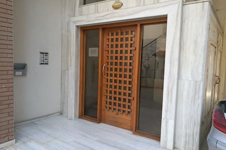H ΕΙΣΟΔΟΣ ΤΗΣ ΠΟΛΥΚΑΤΟΙΚΙΑΣ THE ENTRANCE OF THE BUILDING