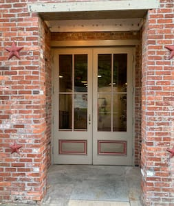 Water Street entrance has double doors and no steps from sidewalk.  However, Maiden Alley entrance has double doors but one step up to the entrance.