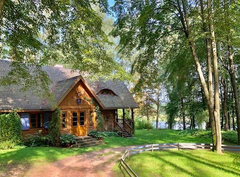 Una casa de madera junto al río Narew