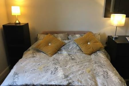 Rugby/Lutterworth area: double bed with breakfast