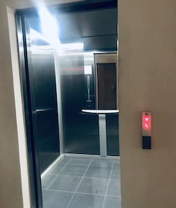 Elevador y pasillo bien iluminados y sin escaleras