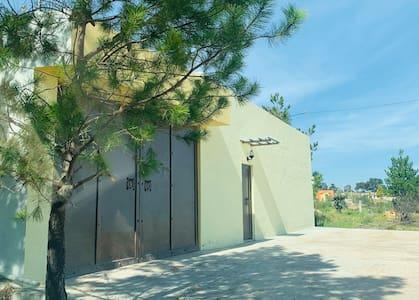 Si tiene más de 81cm de ancho la puerta de acceso, de igual manera está disponible la entrada por el portón grande. Ambos en función.