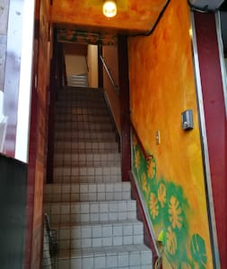 Dobrze oświetlona droga do wejścia