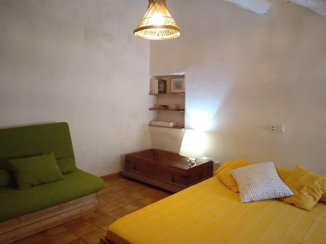 Habitación 4. Planta superior. Cama individual plegable, cama doble y cuna.