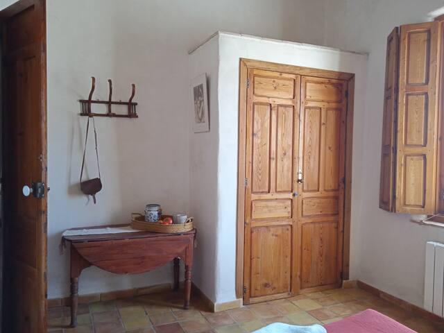 Habitación 1, planta baja. Zona almacenaje mantas, colchón hinchable, colchón de sobra y mesa de trabajo.