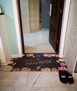 小窝入门很平坦,有电梯直达
