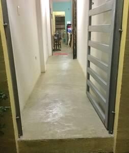 Entrada con pasillo iluminado de al menos 100 cm de ancho sin escaleras, solo un pequeño escalón al inicio de la banqueta