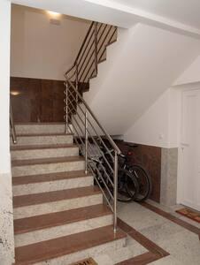 Glavni ulaz u zgradi...predsoblje...iz kojih se ulazi u apartmane